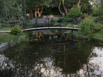 Un pont en acier intéressant au-dessus d'un étang photos stock