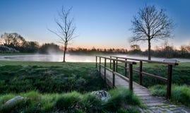 Un pont en bois de pied Images stock