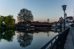 Un pont en bois traversant la rivière Aare avec le château de Thun à l'arrière-plan tôt le matin images libres de droits