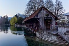 Un pont en bois traversant la rivière Aare dans Thun avec les montagnes de Jungfrau et d'Eiger à l'arrière-plan tôt le matin  photographie stock