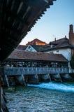 Un pont en bois traversant la rivière Aare dans Thun tôt le matin - 1 image libre de droits
