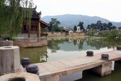Un pont en pierre menant à un village antique dans la province d'Anhui, Photo libre de droits