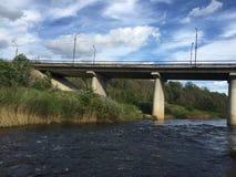Un pont en route à travers la rivière Photo stock