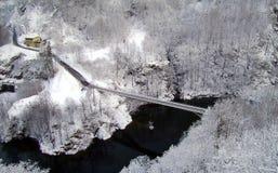 Un pont en route au milieu du gel Images libres de droits