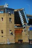 Un pont-levis s'ouvre Image stock