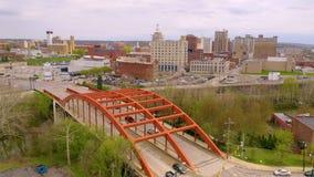 Un pont porte le trafic au-dessus de la rivière de Mahoning dans et hors de Youngstown Ohio clips vidéos