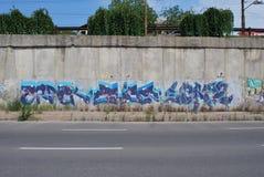 Un pont saccagé avec l'art de graffiti de rue images stock