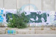 Un pont saccagé avec l'art de graffiti de rue Image stock