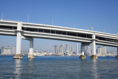 Un pont à travers à la baie de Tokyo à Tokyo, Japon Photographie stock libre de droits
