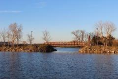 Un ponte è sopra un lago Fotografie Stock Libere da Diritti