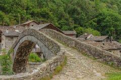 Un ponte caratteristico di un villaggio alpino piemontese Fotografia Stock