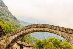 Un ponte caratteristico di un villaggio alpino piemontese Fotografia Stock Libera da Diritti