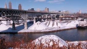 Un ponte che è alla base di Cleveland Skyline - lo Snowy Cuyahoga - CLEVELAND - OHIO Immagine Stock Libera da Diritti