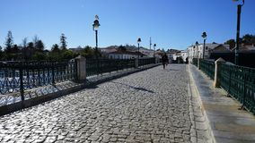 Un ponte che collega due lati di Tavira immagine stock