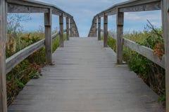 Un ponte che va oltre le dune fotografie stock