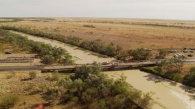 Un ponte con le automobili e gli alberi video d archivio