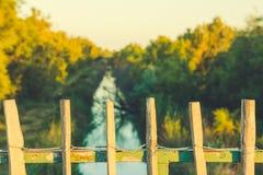Un ponte con un recinto di legno che trascura un canale idrico stretto fotografie stock libere da diritti