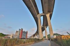 Un ponte degli scalpellini e la strada principale di sha di Tsing immagine stock