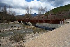 Un ponte dell'acqua in un giorno non urbano di scena Immagine Stock Libera da Diritti