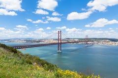 un ponte di 25 de Abril (aprile) Lisbona - nel Portogallo Immagini Stock Libere da Diritti