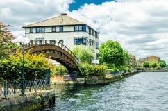 Un ponte di legno e case ai Docklands di Londra Fotografia Stock Libera da Diritti