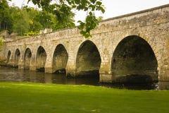 Un ponte di pietra di dieci archi Inistioge contea Kilkenny l'irlanda fotografia stock