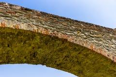 un ponte a dorso d'asino medievale di tre archs in Italia Fotografia Stock