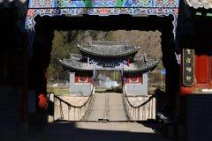 Un ponte sospeso di legno antico lungo la via della seta del sud antica nel villaggio di Shigu nella provincia del Yunnan, Cina immagini stock