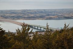 Un ponte in Sud Dakota che attraversa il fiume Missouri fotografie stock