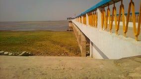 Un ponte sulla carta da parati del fiume fotografie stock libere da diritti