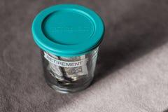 Un porcellino salvadanaio di vetro con la copertura di plastica verde Immagini Stock Libere da Diritti