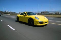 Un porshe giallo 911 nel moto fotografia stock libera da diritti