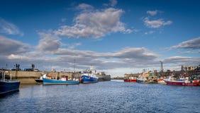 un port avec des bateaux de pêche vus de la mer photo libre de droits