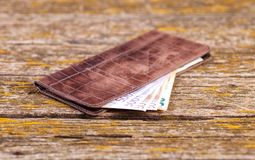 Un portafoglio, i soldi ed altri oggetti sono sulla tavola dei bordi anziani fotografia stock libera da diritti