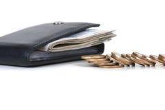 Un portafoglio in pieno di contanti e delle monete Immagine Stock