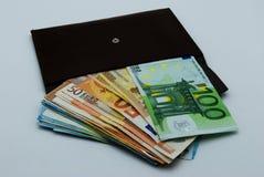 Un portafoglio in pieno di denaro contante fotografie stock libere da diritti