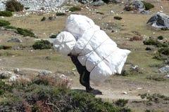 Un portero nepalés en Dingboche, viaje del campo bajo de Everest, Nepal fotografía de archivo libre de regalías