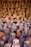 In un portico convertito a Wat Si Saket è una specie di recipiente di Buddha delle centinaia di immagini rotte scoperte durante gl Fotografia Stock Libera da Diritti