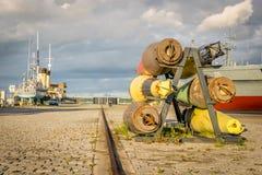 un porto con le navi e le vecchie bombe militari fotografie stock libere da diritti