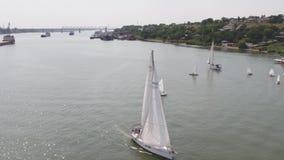 Un porto della barca a vela con tantissime barche a vela Porto di navigazione aereo stock footage