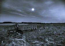 Un portone aperto su un campo nella notte con una luna piena Immagini Stock