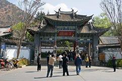 Un portone del cinese tradizionale con il tetto piastrellato ed i fasci dipinti Immagine Stock Libera da Diritti