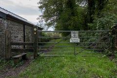 Un portone del metallo e uno stile su un sentiero per pedoni pubblico Fotografia Stock Libera da Diritti