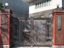 Un portone dell'università di Tokyo delle arti in Ueno, Tokyo fotografia stock