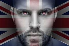Un portrait d'un jeune homme sérieux, dans lequel les yeux est reflété le drapeau national images libres de droits