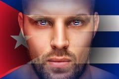 Un portrait d'un jeune homme sérieux, dans lequel les yeux sont reflétés les drapeaux nationaux photo stock