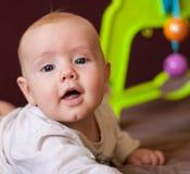 Un portrait d'un petit garçon se situant dans un jeu de huche photos stock