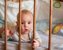 Un portrait d'un petit garçon se situant dans un jeu de huche photo libre de droits