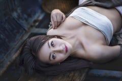 Un portrait d'une belle femme asiatique souriant brillamment à l'appareil-photo Images stock