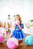 Un portrait d'une belle petite fille dans un studio a décoré beaucoup de ballons de couleur Photos libres de droits